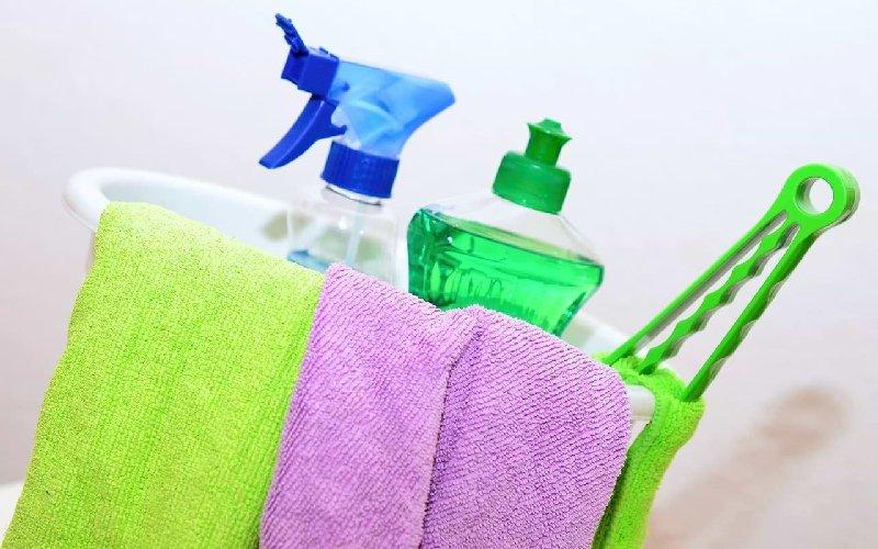 Desinfectar superficies con lavandina diluida en agua: 50 ml por cada litro de agua o con alcohol al 70%: 70 ml en 30 ml de agua. Al manipularlo usar guantes y ventilar el ambiente.